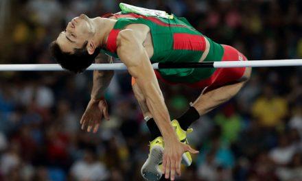 Edgar Rivera avanza al final de salto en el Mundial de Londres