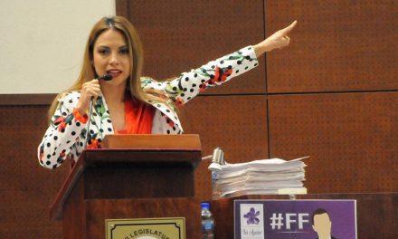Iris Aguirre Borrego, que representa al estado de Zacatecas, regala mallas para prevenir violaciones