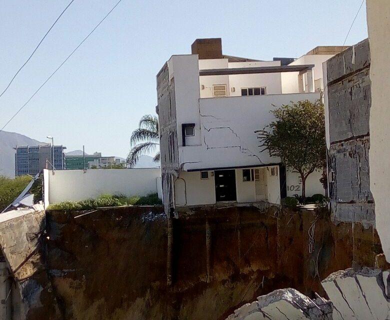 Momento exacto del derrumbe de una de las 4 residencias en Fracc.Antigua en  Monterrey