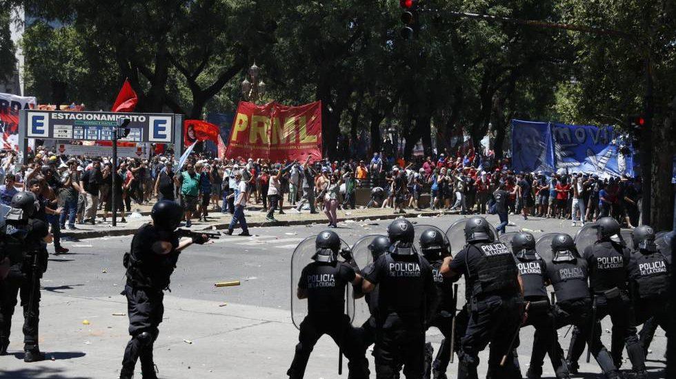 PROTESTAS EN ARGENTINA POR NUEVO SISTEMA DE PENSIONES