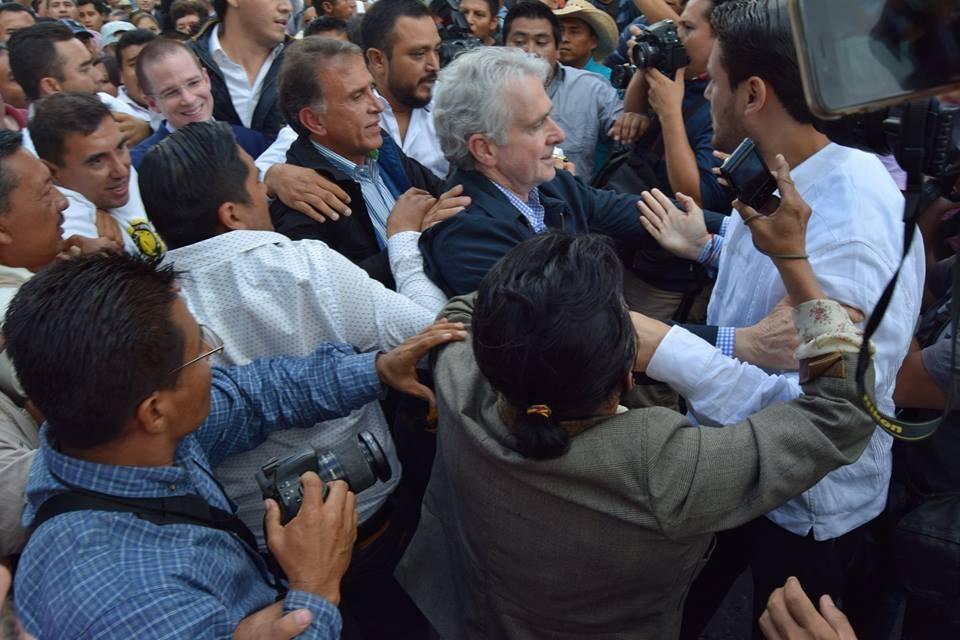 """A """"pedradas"""" despiden de evento a Gobernador de Veracruz Miguel Angél Yunes y a precandidato Panista Ricardo Anaya."""