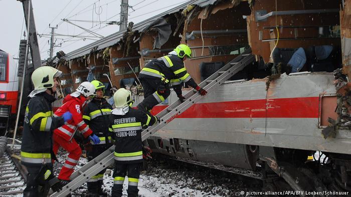 Choque de trenes en Austria deja un muerto y 20 heridos.