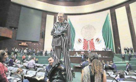 Diputados Federales del PRI arremeten contra Ricardo Anaya en sesión del congreso.