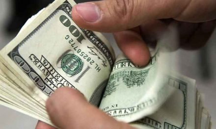 Dólar baja a 18.55 pesos