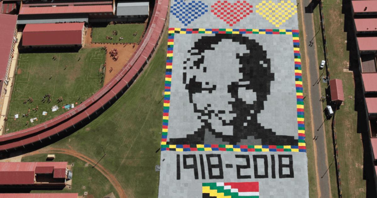 Tejen retrato de Mandela