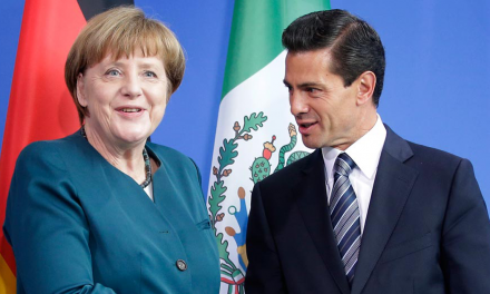 Peña intercambia playeras con Merkel