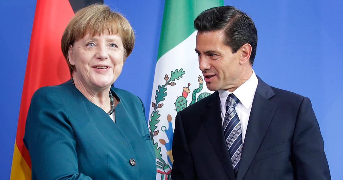 Peña intercambia playeras con Merkel
