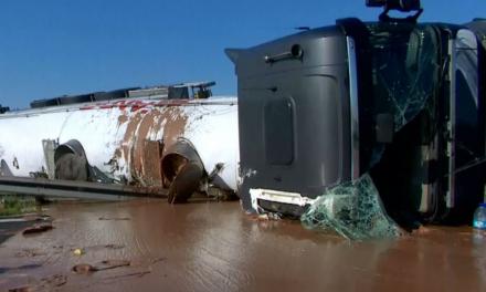 Vuelca camión y deja un desastre pero con chocolate