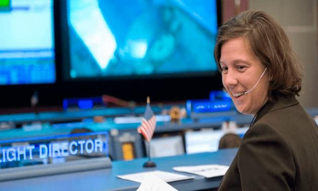 NASA nombra a primera mujer directora de vuelos espaciales
