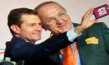 Enrique Peña Nieto se toma una selfie con celular que traía carátula que decía AMLOVE