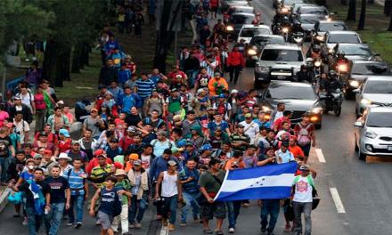 Migrantes hondureños de la caravana comenzaron a cruzar la frontera sur de México