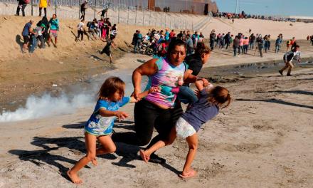 La Policía de EEUU repele con gas lacrimógeno a unos 500 migrantes de la caravana