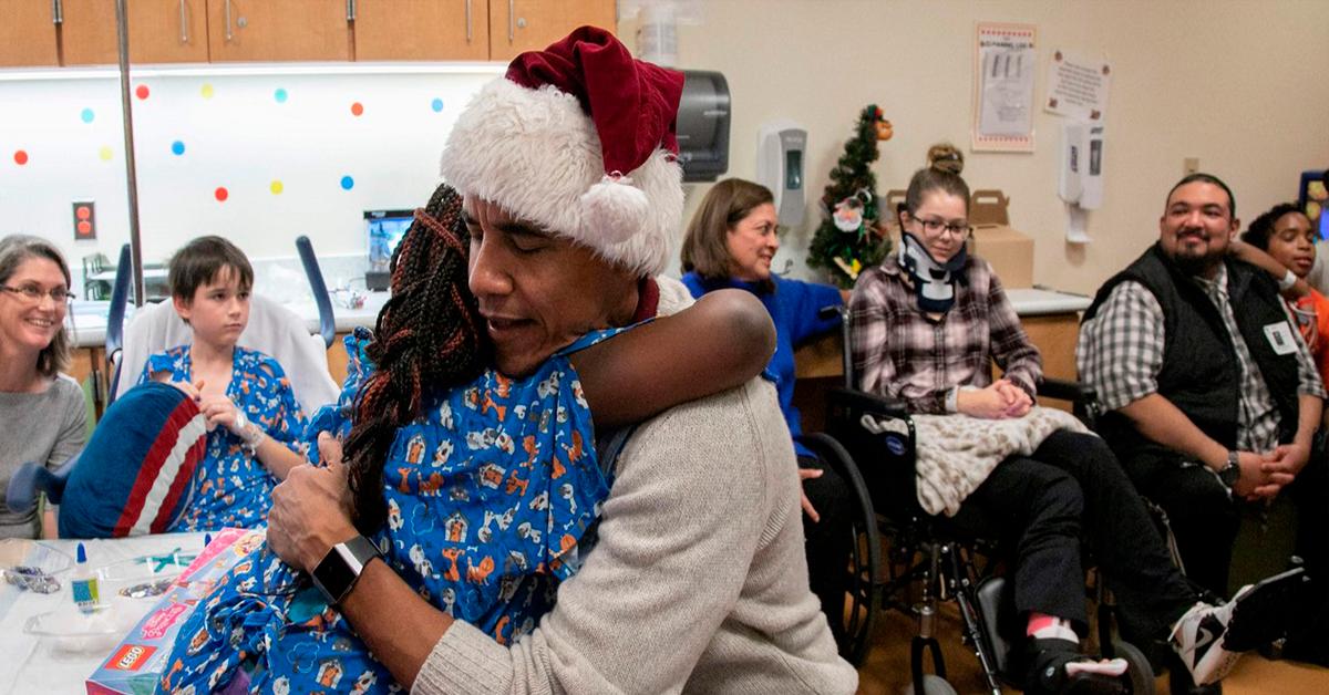 Obama reparte regalos a niños enfermos