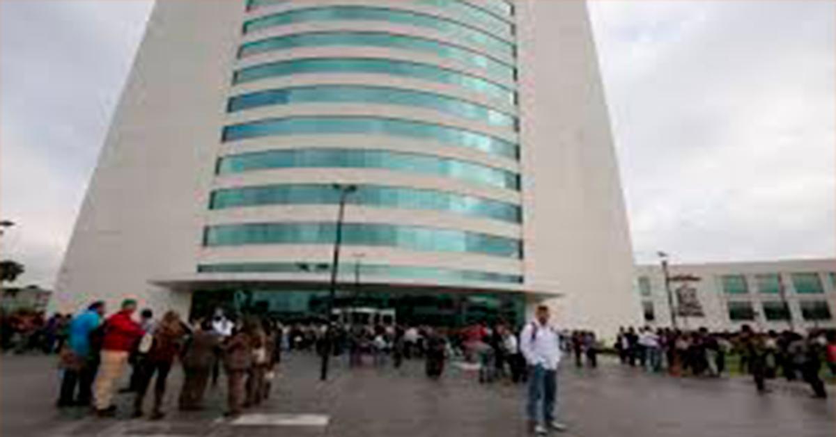 Evacúan Torre Administrativa por fuertes vientos.