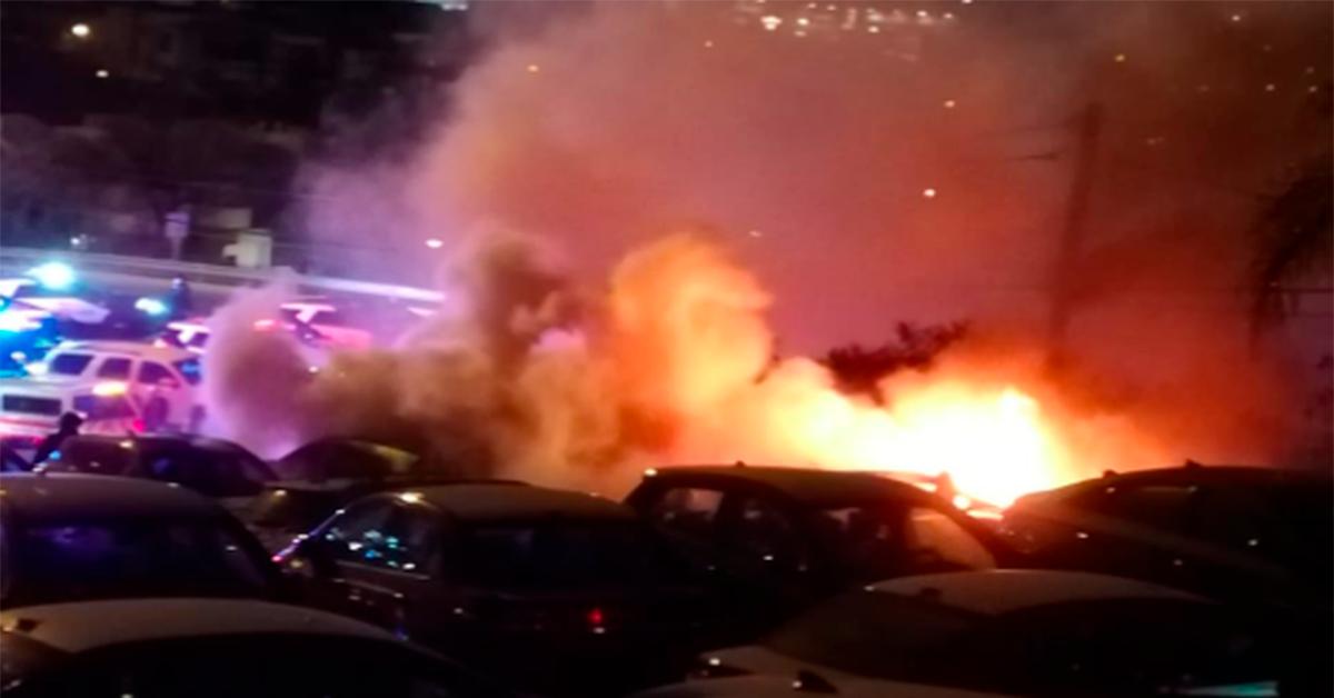 Incendian con bomba molotov autos en agencia de San Pedro