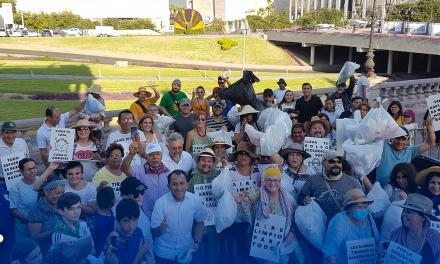 Protestan y limpian de pasada la Macro