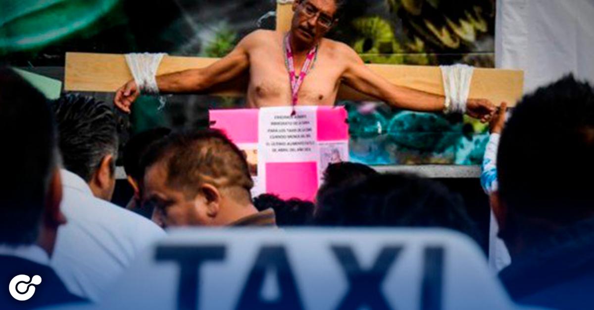 """""""Ridículos"""", se crucifican, bloquean calles, Taxistas van contra Uber, Cabify y Didi"""