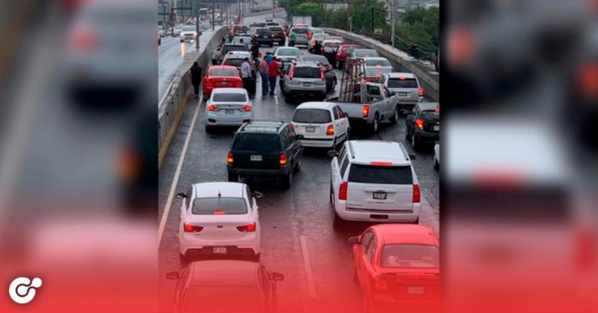 Lluvia deja carambola de 25 vehículos en Garza Sada