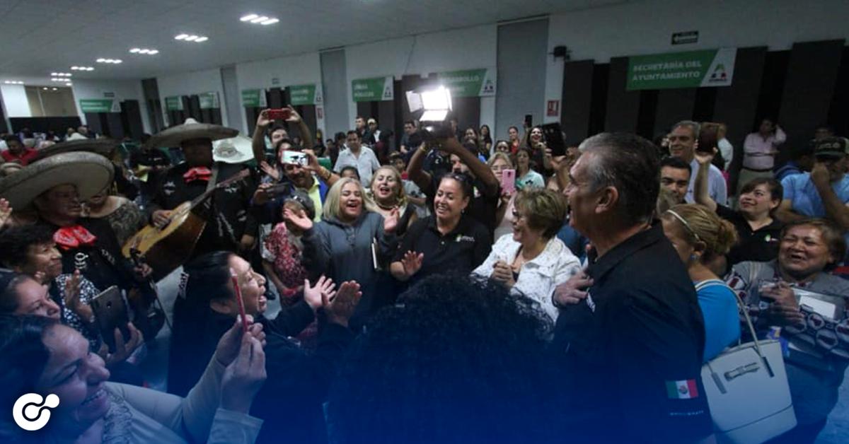 Alcalde de Apodaca es sorprendido por los vecinos para festejar su cumpleaños