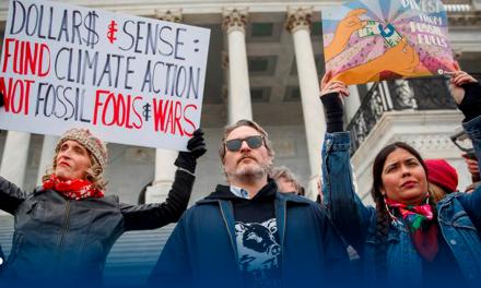 Arrestan a Joaquín Phoenix por participar en protesta por cambio climático