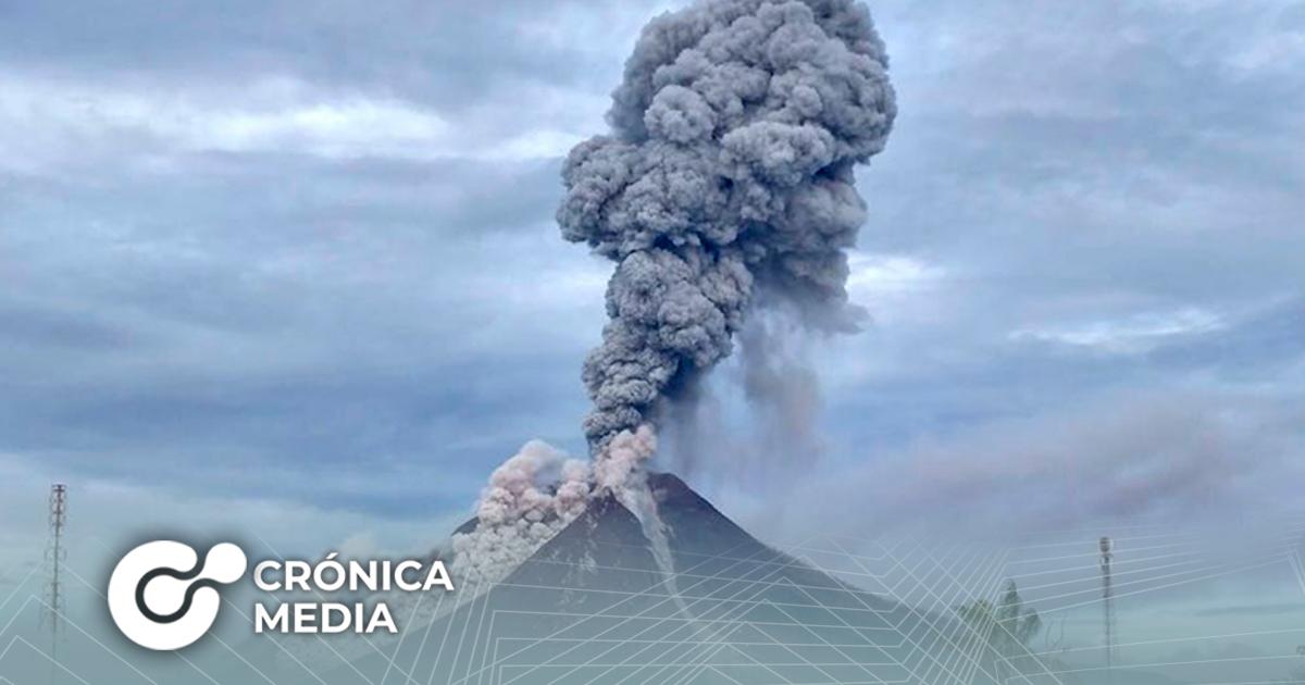 Fuerte erupción de volcán en Indonesia esparce grandes cantidades de cenizas en aldeas aledañas