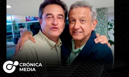 Hermano de López Obrador es captado en videos recibiendo paquetes de dinero