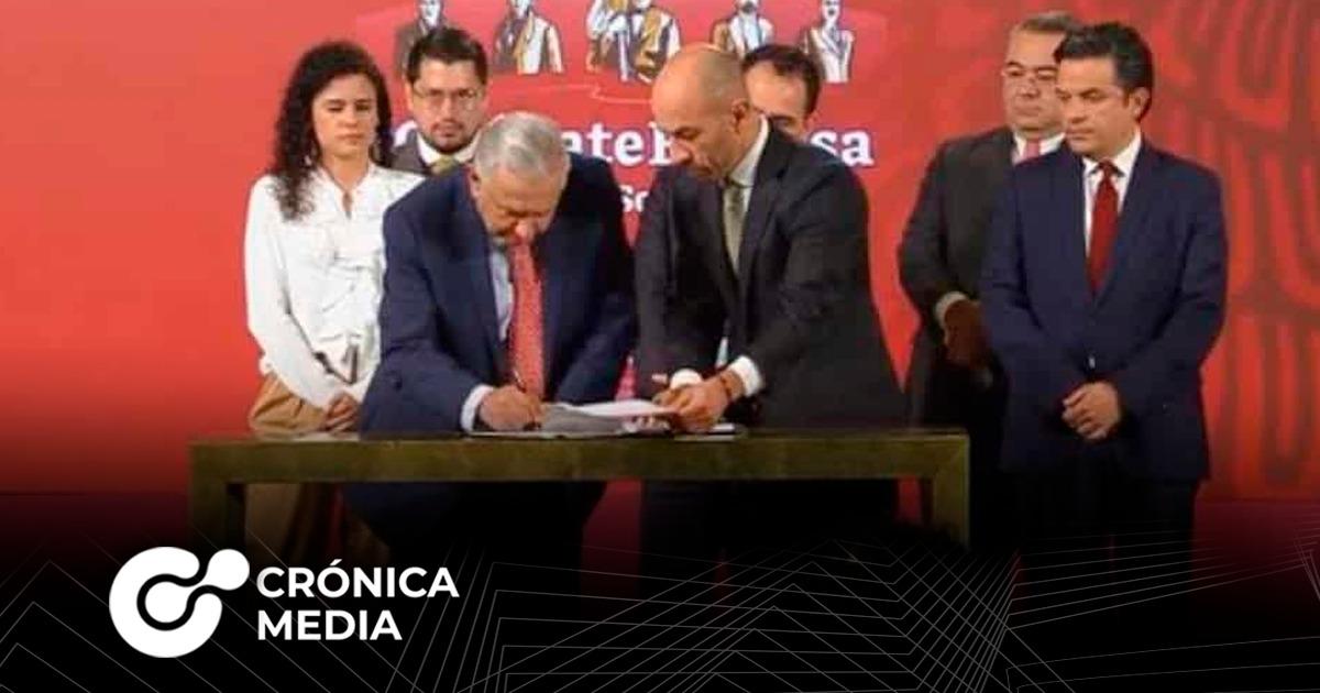"""AMLO firmó iniciativa de ley para """"regular"""" el outsourcing"""