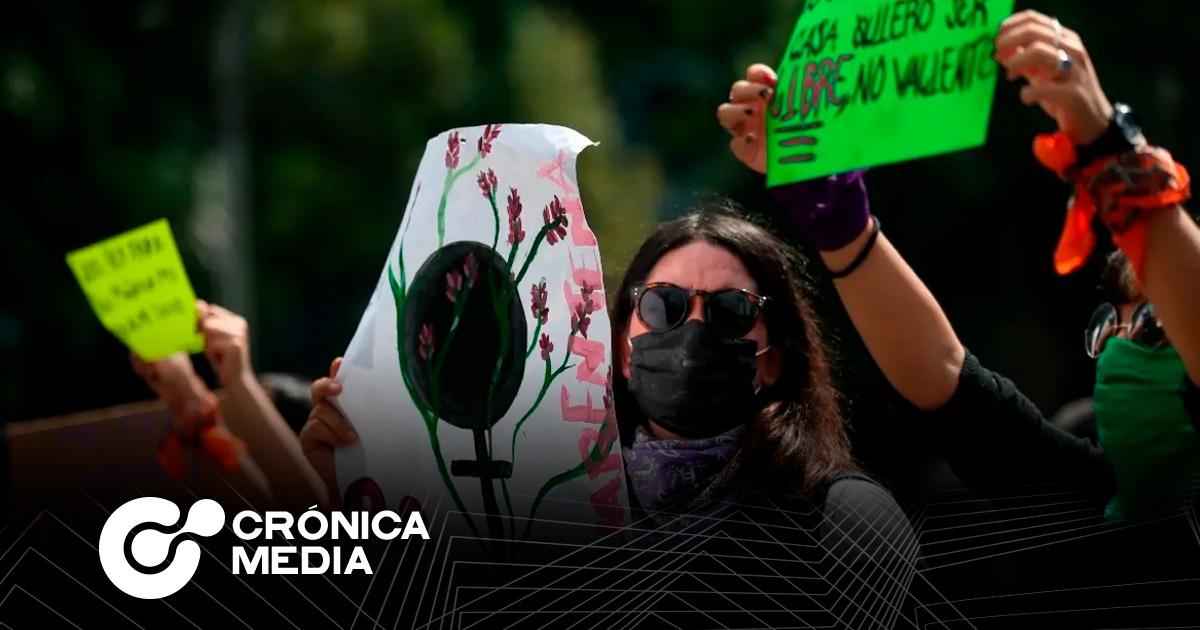 Mujeres protestan frente a Palacio Nacional