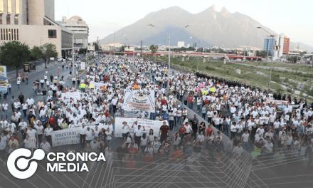 Manifestación de maestros bloquea avenida Constitución.