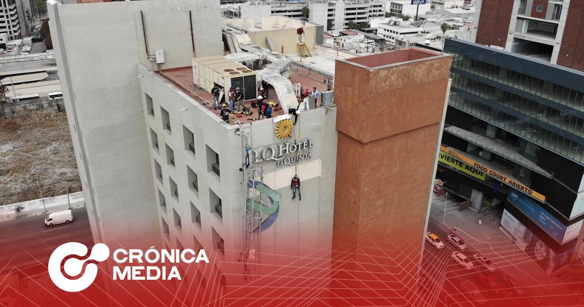 Rescatan a trabajador tras caer andamio en un hotel de Monterrey