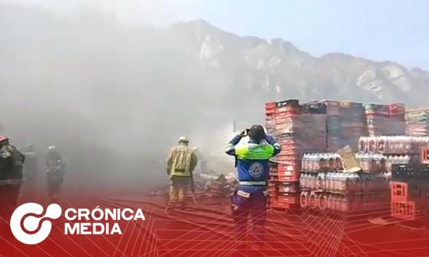 Incendio consume tres bodegas en Santa Catarina; desalojan a 65 trabajadores